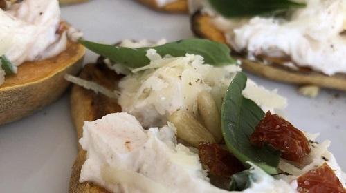 Zoete aardappeltoast met kwark spread - Italiaanse stijl